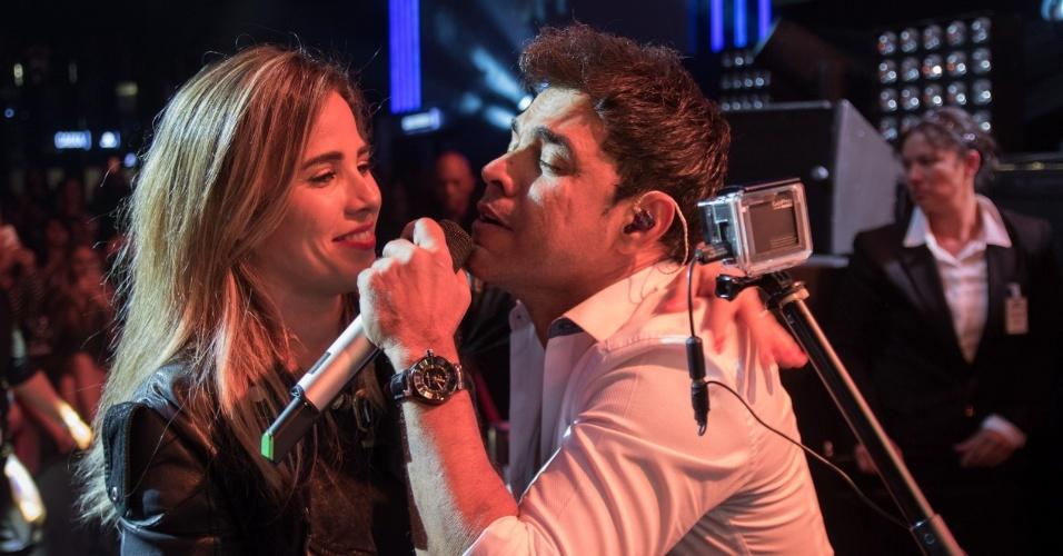 30.abr.2016 - Durante show em comemoração aos 25 anos da dupla Zezé Di Camargo e Luciano, no Espaço das Américas, em São Paulo, Zezé desce do palco para cantar com a filha Wanessa