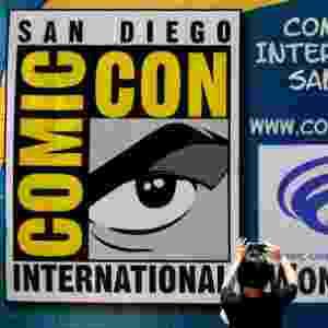 20.jul.2016 - Mulher fotografa outdoor com o símbolo da San Diego Comic-Con 2016 - Mike Blake/Reuters