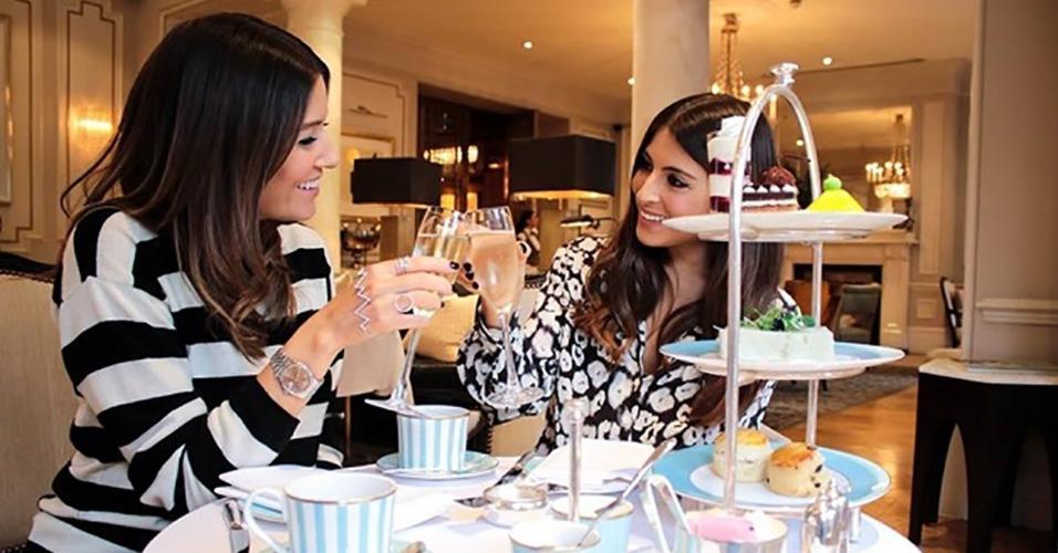 O clássico chá da tarde britânico está sendo oferecido pelo restaurante Town House, no Kensington Hotel, de Londres
