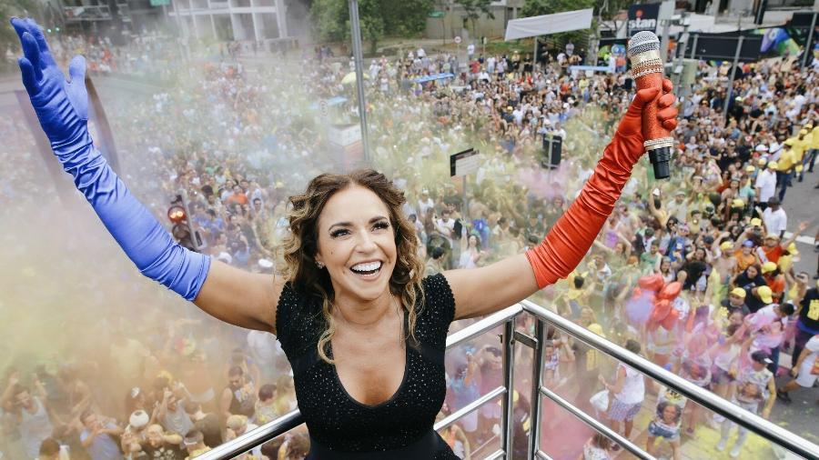 5.mar.2017 - Daniela Mercury atrai multidão de foliões em São Paulo com o bloco Pipoca da Rainha - Felipe Gabriel/UOL