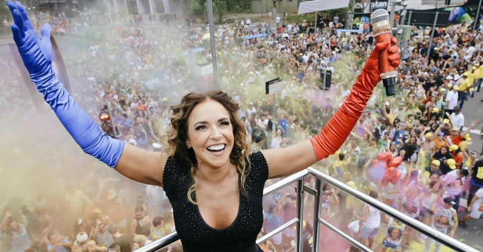 5.mar.2017 - Daniela Mercury atrai multidão de foliões em São Paulo com o bloco Pipoca da Rainha