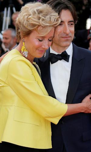"""Emma Thompson escolheu um casaco amarelo de para combinar com os brincos. Feliz com a exibição do filme """"The Meyerowitz Stories"""", a atriz abraço o direitor Noah Baumbach na saída da cabine"""