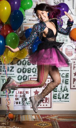 """Tina (Ana Hikari) veste figurino inspirado na cantora Cyndi Lauper para festa anos 80 de """"Malhação: Viva a Diferença"""""""