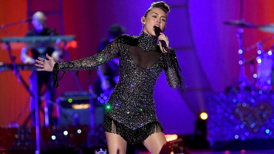Miley Cyrus no palco do iHeartRadio Music Festival - Getty Images
