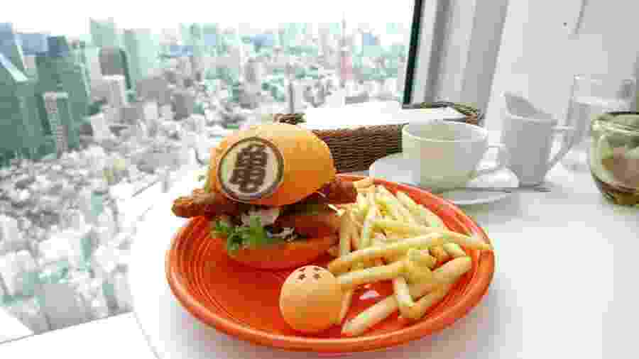 Nada como ver um panorama de Tóquio comendo seu Dragon Ball Burger - Reprodução
