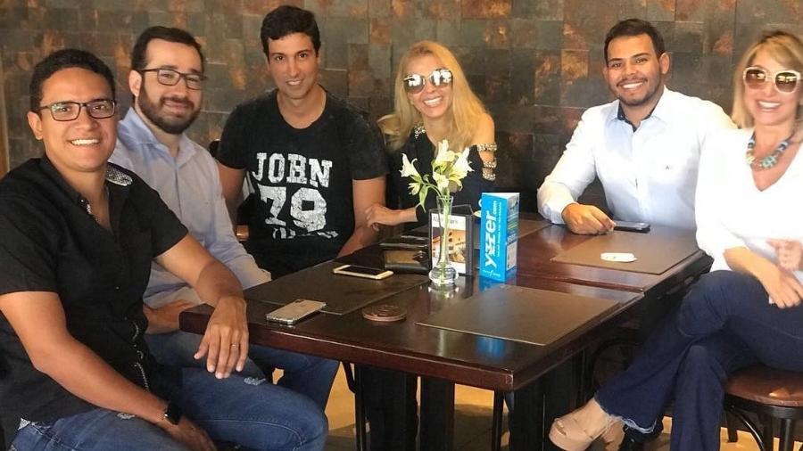 Joelma abraçadinha com o namorado, Alessandro Cavalcante, em reunião de trabalho - Reprodução/Instagram