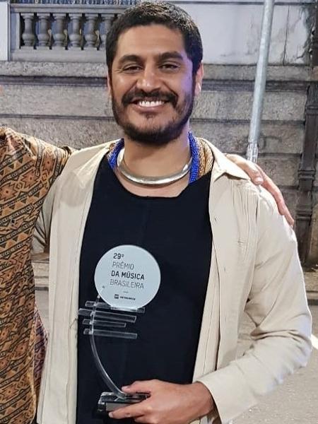 """Criolo comemora prêmio de melhor cantor no Prêmio da Música Brasileira de 2018, na categoria samba; na cerimônia, ele fez a letra """"L"""" com os dedos e foi respondido com gritos de """"Lula Livre"""" - Reprodução/Instagram"""