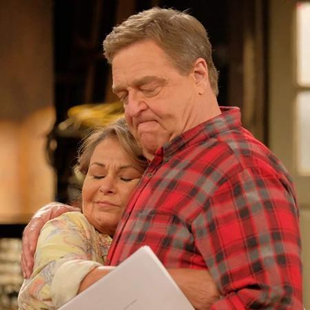 """Roseanne Barr e John Goodman em cena da sitcom """"Roseanne"""" - Divulgação"""