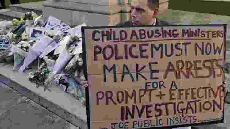 A foto original de Josh protestando em Londres, em 14 de janeiro de 2015, durante um ato de apoio às vítimas e sobreviventes de abuso infantil - NICK ANSELL/PA - NICK ANSELL/PA