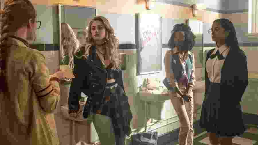 """Penelope (Madeleine Petsch), Alice (Lily Reinhart), Sierra (Ashleigh Murray) e Heriome (Camila Mendes) em cena de flashback de """"Riverdale"""" - Divulgação"""
