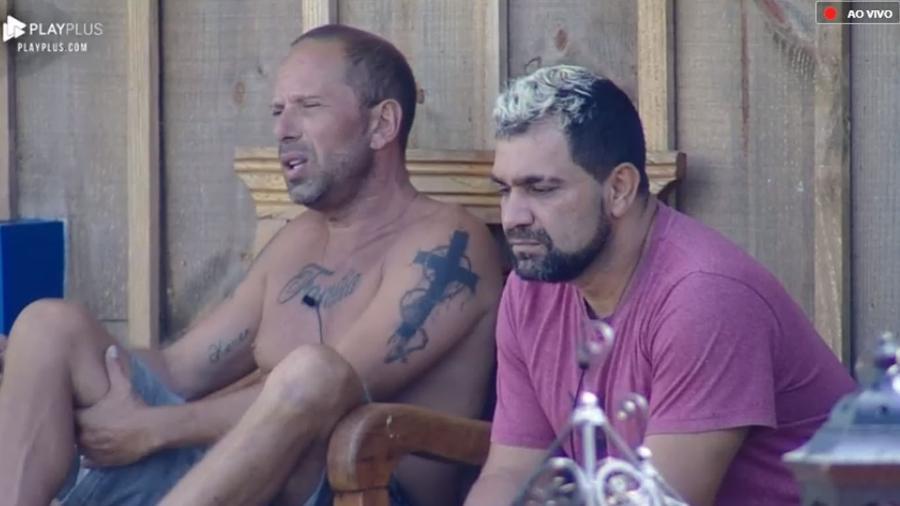 """Rafael Ilha e Evandro Santo conversam na área externa de """"A Fazenda 10"""" - Reprodução/PlayPlus"""