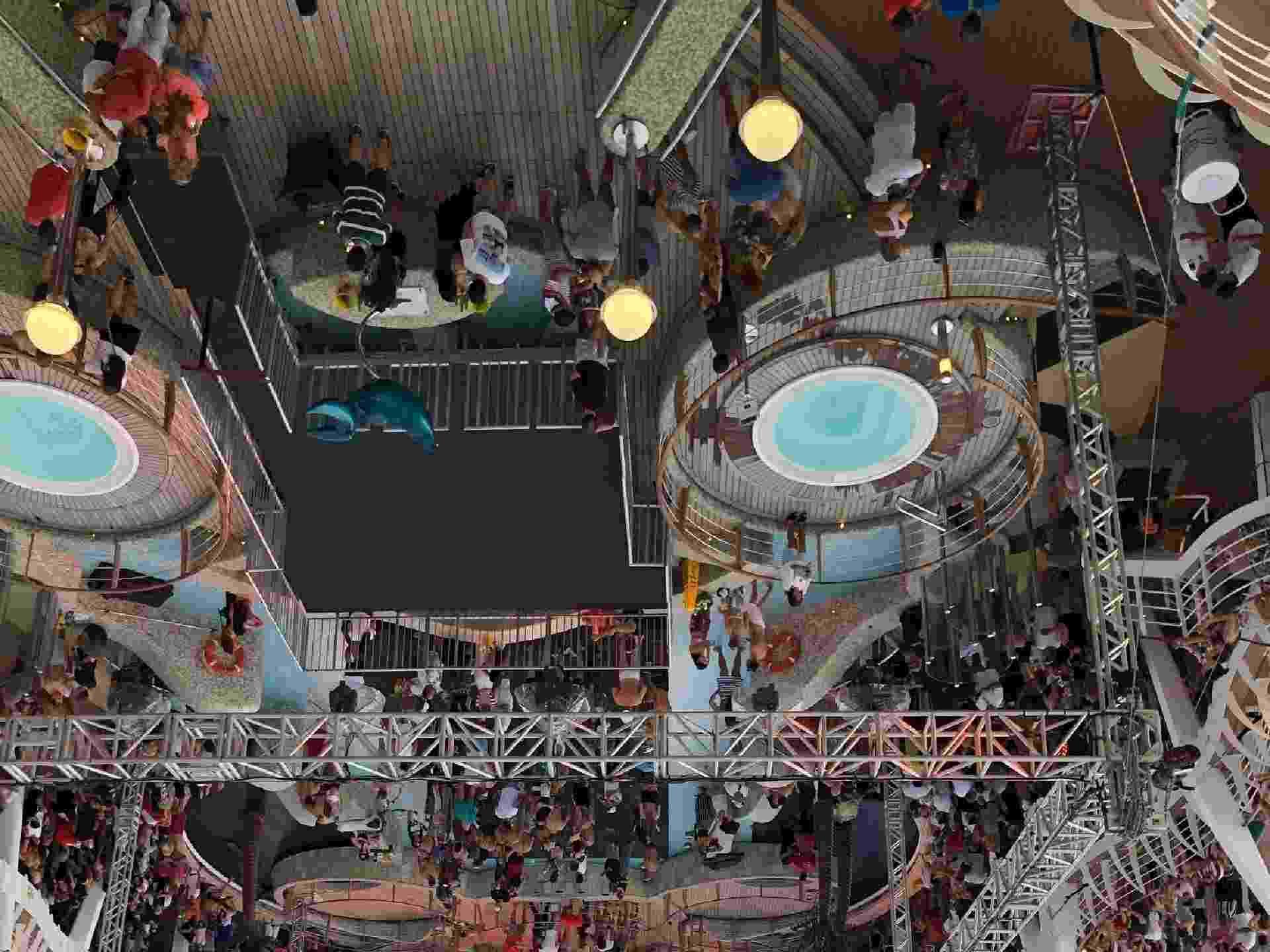 Público ocupava a área da piscina, onde foi montado o palco do show para o cruzeiro temático do Wesley Safadão - Felipe Branco Cruz/UOL