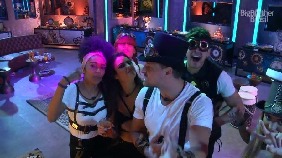 Brothers se divertem durante festa O Tempo Não Para - Reprodução/TvGlobo