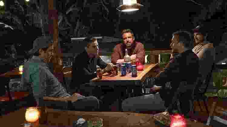 """Da esquerda para a direita: Garrett Hedlund, Oscar Isaac, Ben Affleck, Charlie Hunnam e Pedro Pascal em """"Operação Fronteira"""" - Divulgação/IMDb - Divulgação/IMDb"""