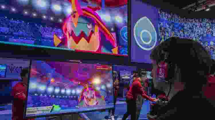 "Visitante da E3 testa ""Pokémon Sword"" e ""Shield"" na feira - David Mcnew/AFP"