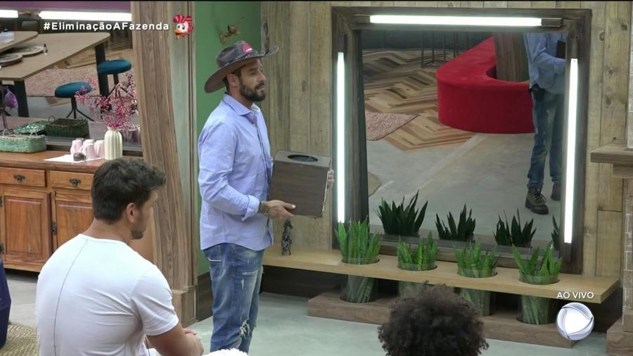 Diego Grossi sorteia participantes para a prova do lampião em A Fazenda 2019 - Reprodução/RecordTV