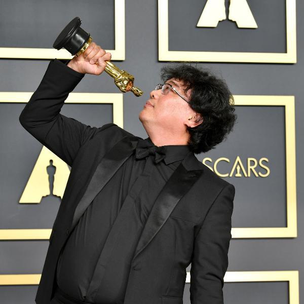Bong Joon Ho com um dos seus Oscar, por 'Parasita'