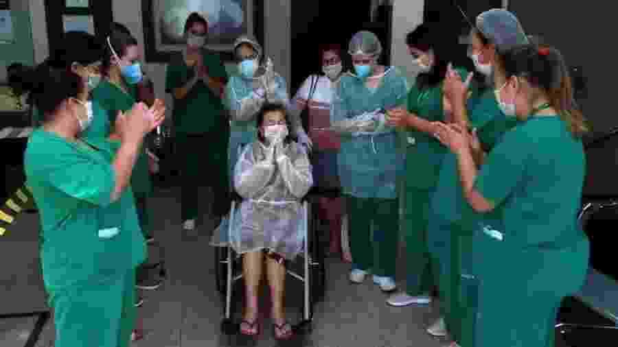 Ao ter alta do hospital em Cornélio Procópio, dona Vitalina foi aplaudida pela equipe médica e de enfermagem - Arquivo Pessoal
