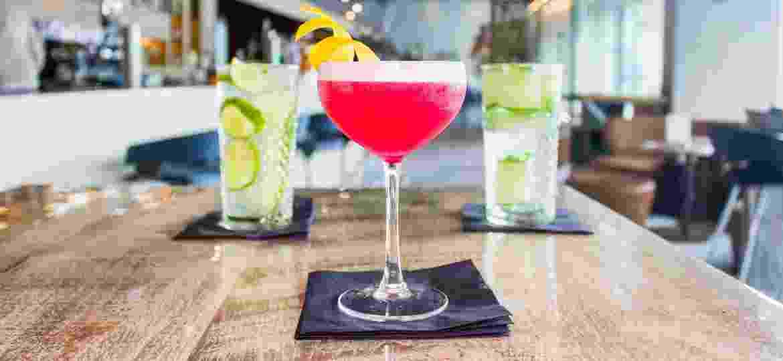 Suco, água tônica, refrigerante e leite fazem parte dos ingredientes de muitos drinques clássicos - Unsplash