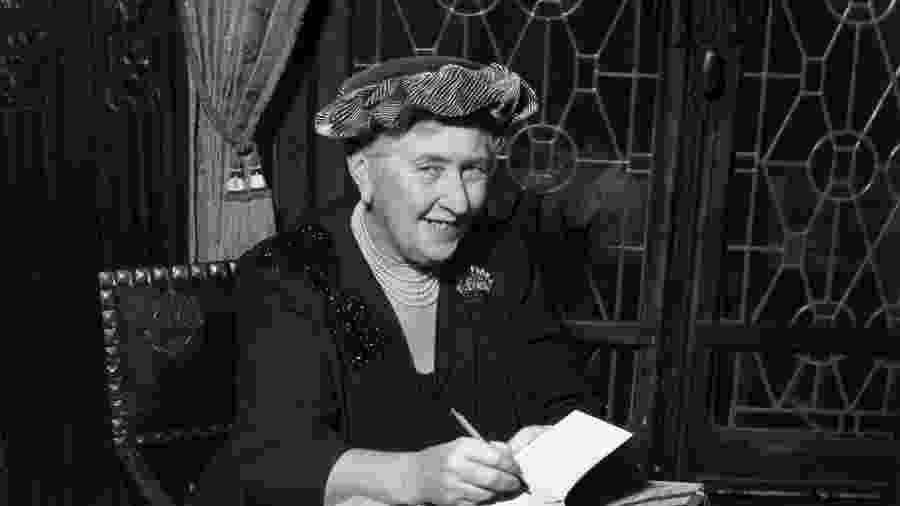 A escritora britânica Agatha Christie (1890-1976) autografa edições em francês de seus livros - Hulton Archive/Getty Images