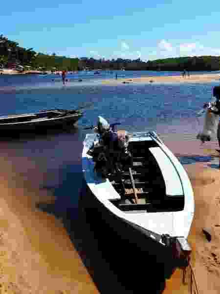 Cajuína atravessando rio da Bahia com a ajuda de barco - Arquivo pessoal - Arquivo pessoal