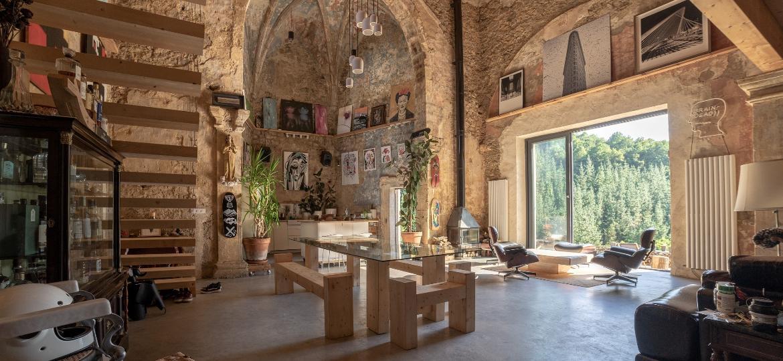 """Tas Careaga comprou imóvel na internet e decidiu decorar de forma a contrastar o """"antigo e o novo"""" ao lado do amigo e arquiteto Carlos Garmendia - Tas Careaga"""