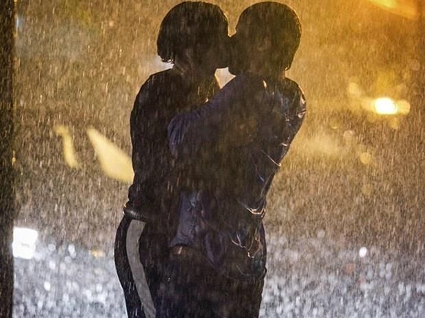 Murilo leva flores para Alice e dois se beijam debaixo de chuva