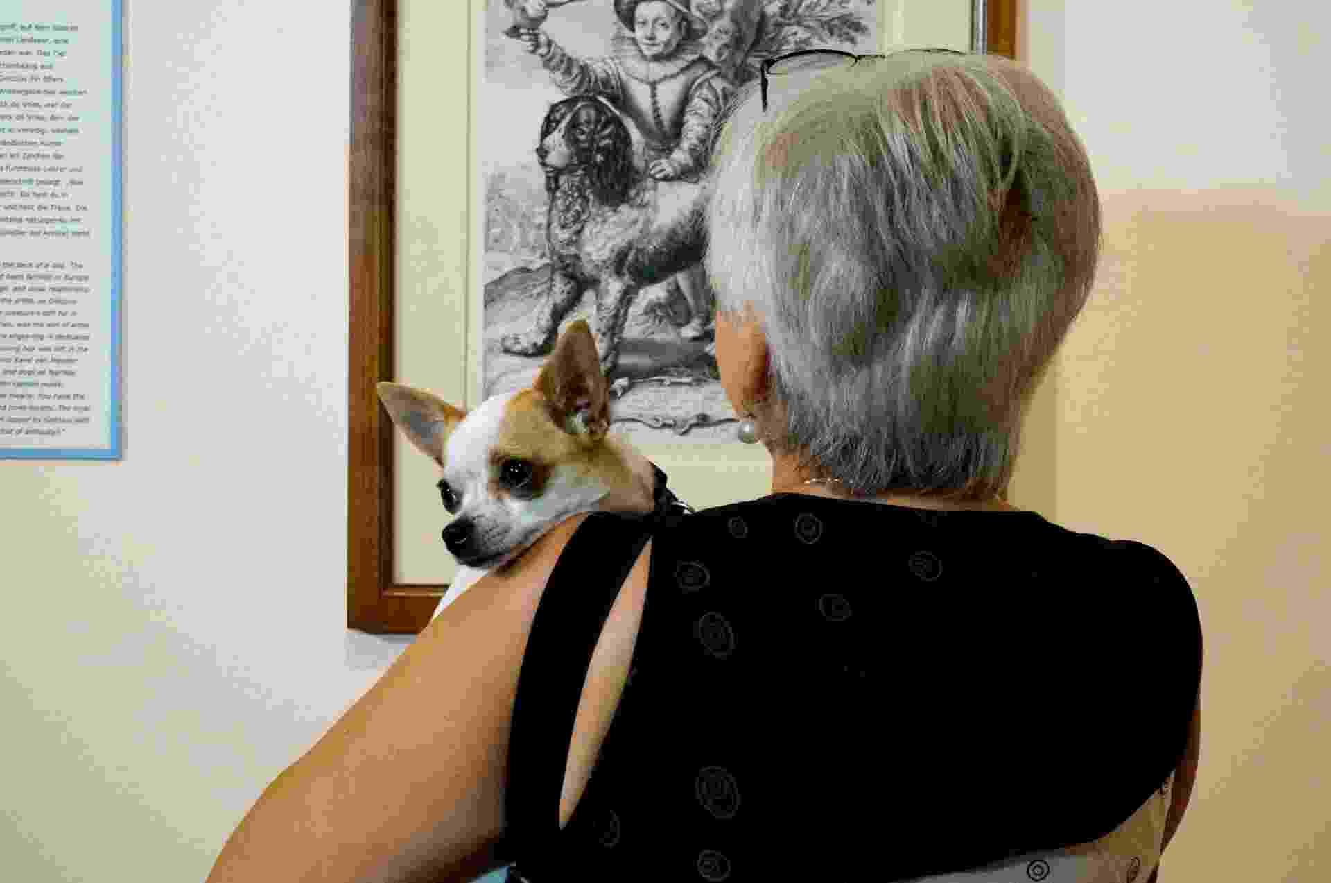 """A exposição """"Wir kommen auf den Hund"""", em cartaz até o dia 20 de setembro, reúne mais de 100 desenhos e gravuras em torno do tema canino. Há até quadros expostos na altura dos olhos dos animais - Clarissa Neher/BBC"""