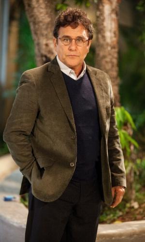 """Menelau ( Marcos Frota )é diretor do colégio Leal Brazil. Conhecido pelos alunos como """"Bla-bla-blau"""", ele é um homem  conservador que sofre de um pequeno TOC (transtorno obsessivo compulsivo), além de ter pavor de insetos"""