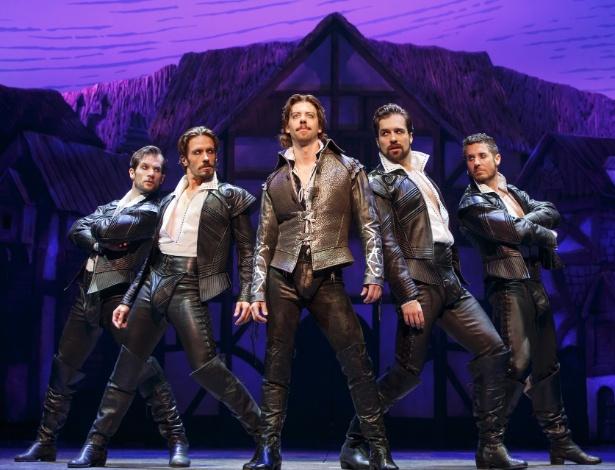 """Christian Borle, ao centro, que interpreta Shakespeare na peça """"Something Rotten!"""" - Joan Marcus/Divulgação"""
