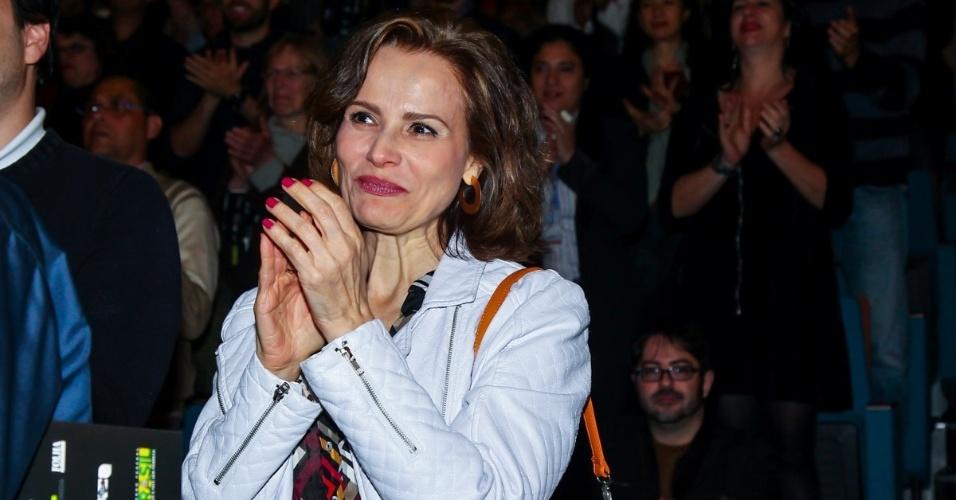 """5.set.2015 - A atriz Bia Seidl aplaude aplaude ao final da peça. Depois de 25 anos longe dos palcos, Tarcísio Meira volta a atuar na peça """"O Camareiro"""", no Teatro Porto Seguro, em São Paulo."""
