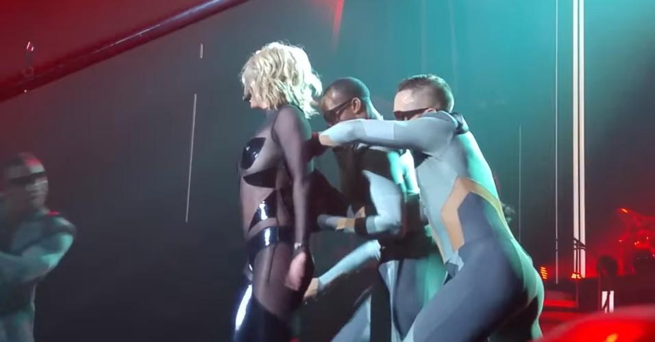 16.out.2015 - Figurino de Britney Spears abre durante show da cantora em Las Vegas
