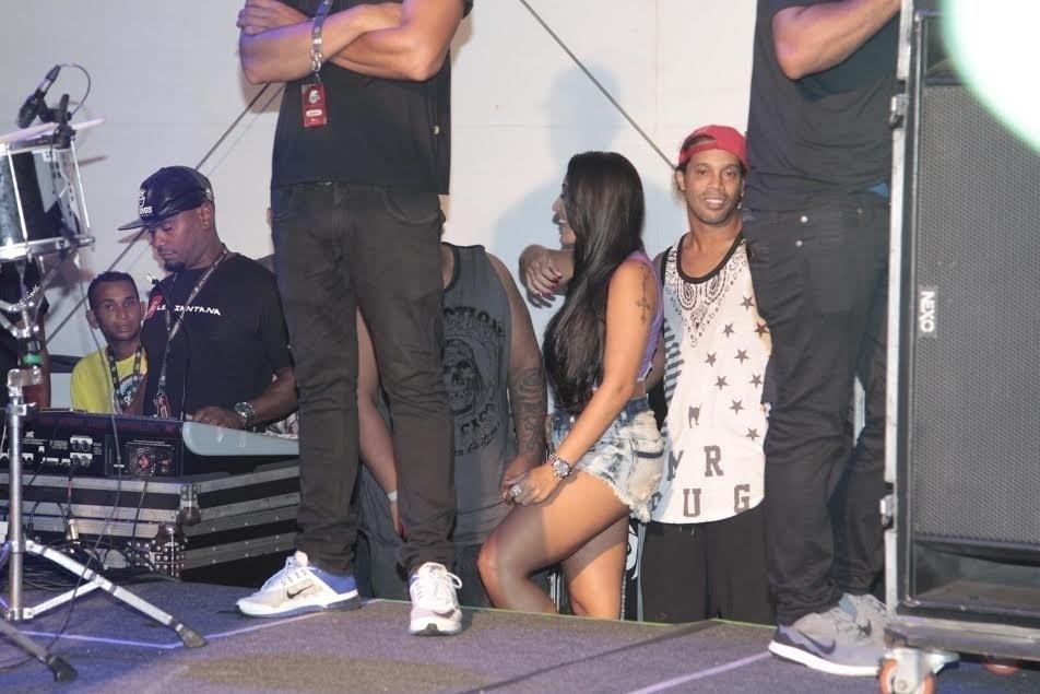 5.fev.2015 - Após dançar no palco, Ronaldinho curte o show ao lado de uma morena
