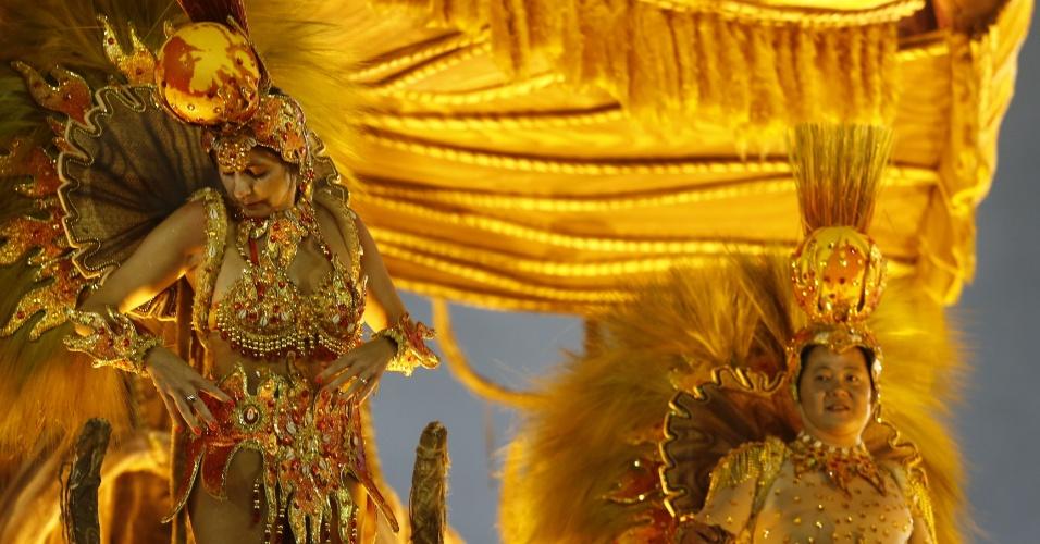 07.fev.2016 - Foliona faz últimos arremates na fantasia antes do desfile da Mocidade Alegre, na madrugada deste domingo