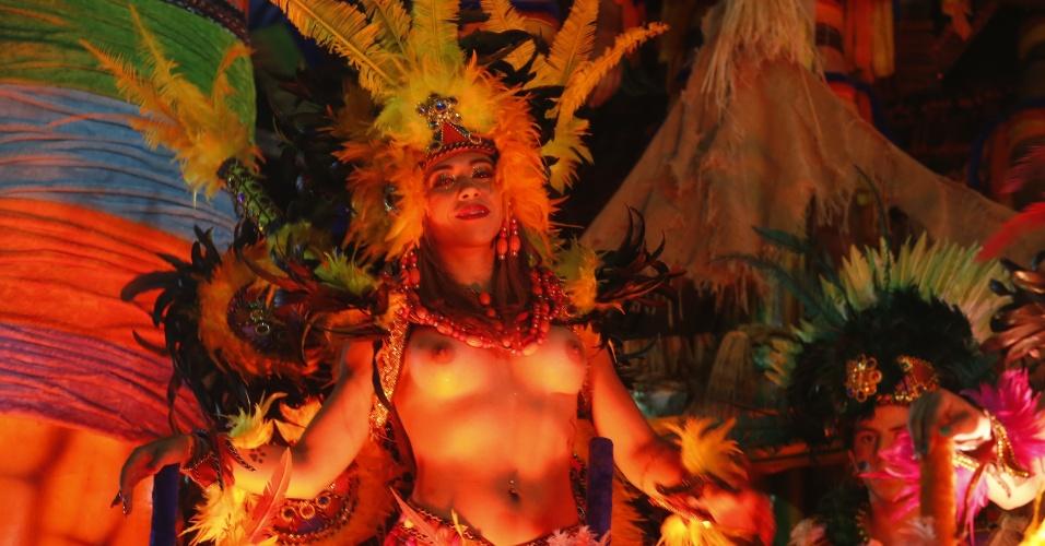 7.fev.2016 - Destaques em carro da Acadêmicos do Tucuruvi representam as índias da época do descobrimento do Brasil