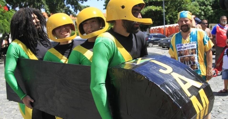 Com seu trenó pronto para descer as ladeiras de Olinda, o time jamaicano de bobsled curte o bloco Enquanto Isso Na Sala de Justiça.