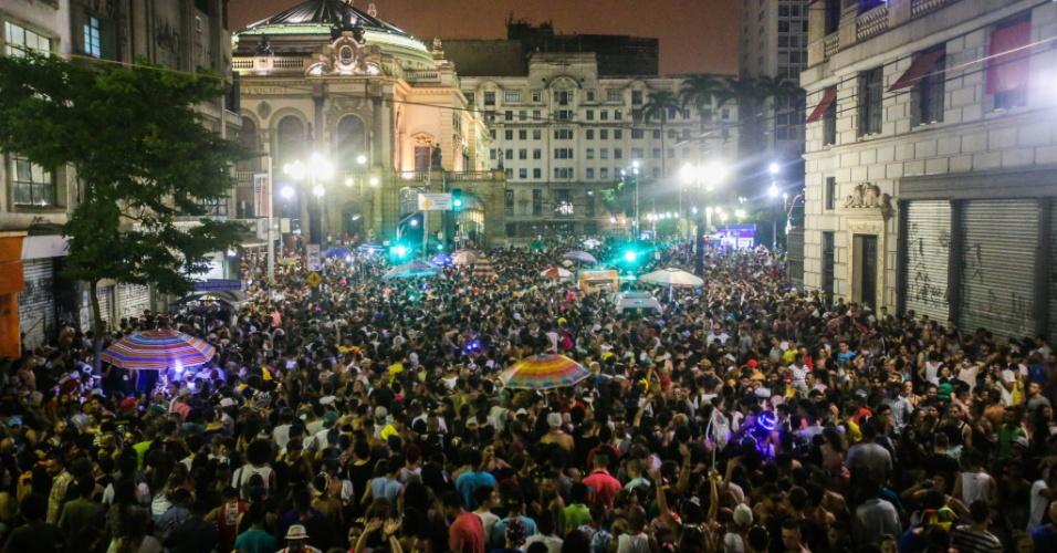 8.fev.2016 - Rua Xavier de Toledo completamente lotada de foliões que curtem o som do bloco Desmanche, em São Paulo