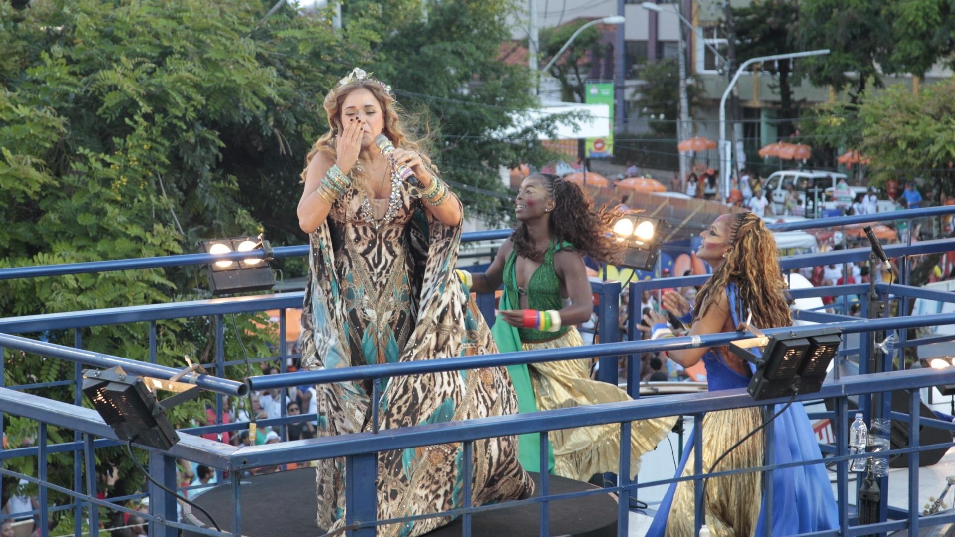 9.fev.2016 - Daniela Mercury faz show para os foliões do bloco Crocodilo no circuito Campo Grande em Salvador