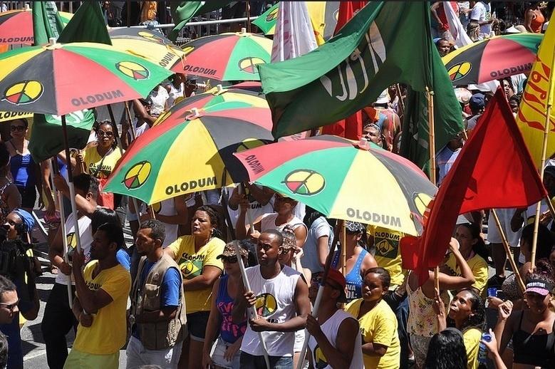 9.fev.2016 - Foliões acompanham o desfile do Olodum em trio sem cordas no circuito Campo Grande em Salvador