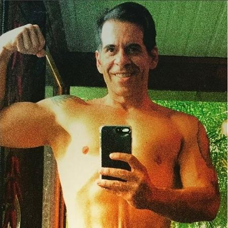 Leandro Hassum exibe músculos frente ao espelho - Reprodução/Instagram/@leandrohassum