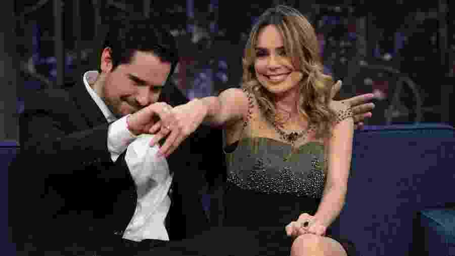 "Rachel Sheherazade apresenta o noivo, Matheus Faria, pela primeira vez na TV no ""The Noite"" - Gabriel Cardoso/SBT"