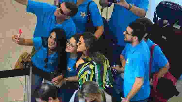 Bruna Marquezine tira fotos com fãs no aeroporto Santos Dumont - Priscila Coelho - Priscila Coelho