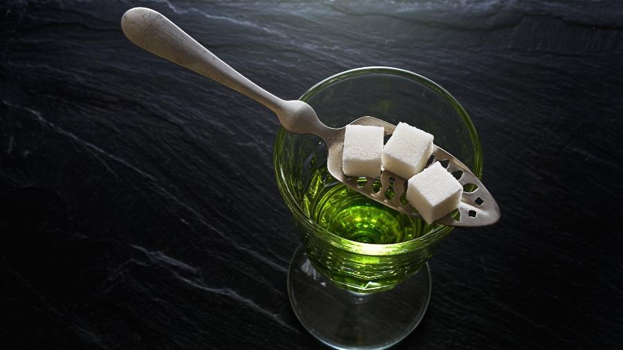O absinto pode ser tomado puro ou diluído em água com açúcar  - Getty Images