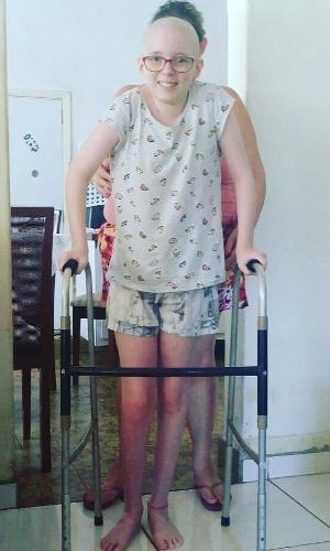 Em janeiro, Lorena conseguiu dar os primeiros passos sozinha com o andador