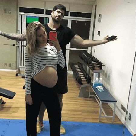 Adriana mostra a barriga em foto com Rodrigão - Reprodução/Instagram/santanaadriana