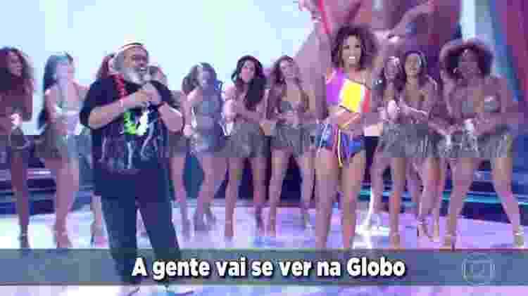 """Jorge Aragão canta o tema do Carnaval da Globo com a Globeleza Erika Moura no """"Domingão do Faustão"""" - Reprodução/TV Globo - Reprodução/TV Globo"""