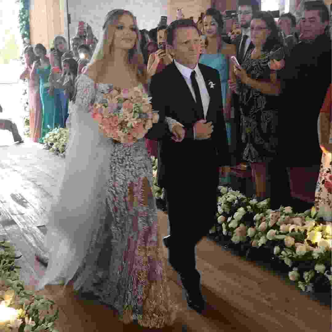 Luísa Sonza entra com o pai na Capela de São Miguel dos Milagres, em Alagoas, para seu casamento com o youtuber Whindersson Nunes - Reprodução/Instagram