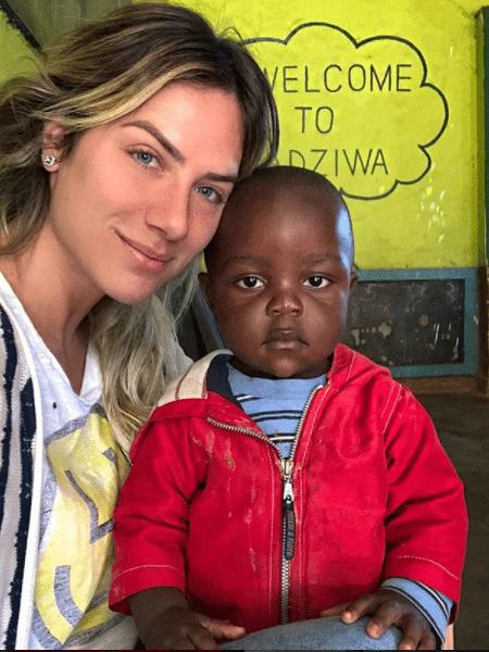 Giovanna Ewbank com criança em Malawi - Reprodução/Instagram
