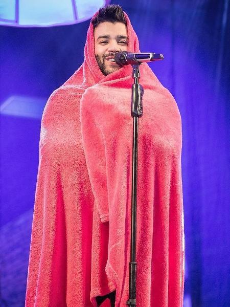 Gusttavo Lima não suporta frio de 7° e faz show abraçado a cobertor - Reprodução/Instagram/gusttavolima