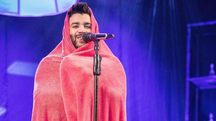 Gusttavo Lima usa cobertor durante show em Santa Juliana, em Minas Gerais - Reprodução/Instagram/gusttavolima